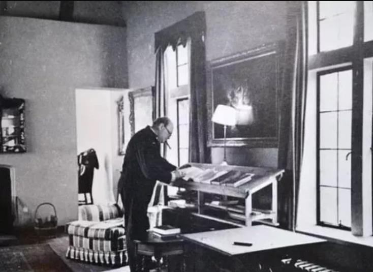 丘吉尔在站立办公桌前工作